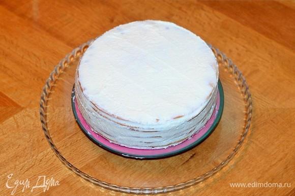 Промазать коржи кремом. Затем смазать кремом верх и бока торта.