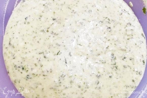 Вливаем шпинатную смесь и перемешиваем тесто. Сейчас цвет не такой насыщенный, каким станет после выпечки.