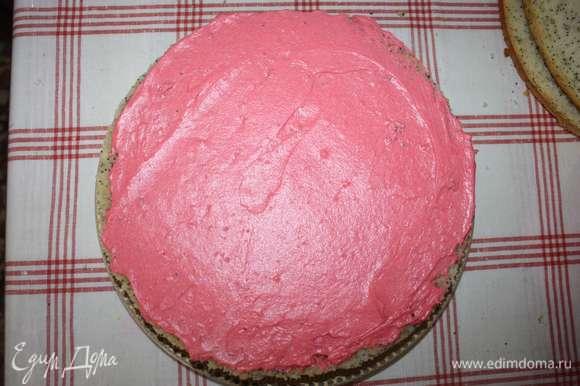 Следующим используем корж с маком, смазываем половиной розового заварного крема.