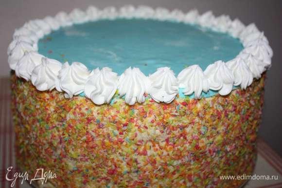 Украсим края торта взбитыми сливками с помощью кондитерского шприца.