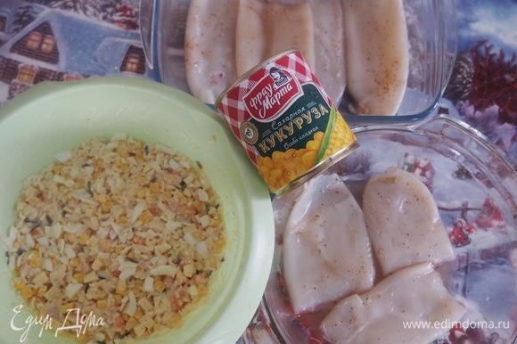 В миске хорошо смешиваем рис, креветки, кукурузу, яйца, сметану и специи.