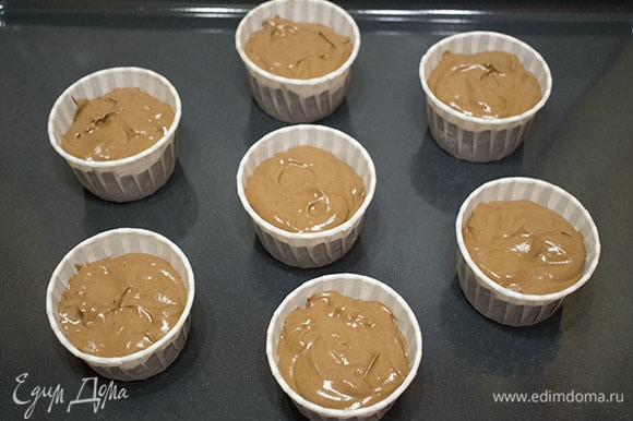Заполнить формы для кексов примерно на 3/4.