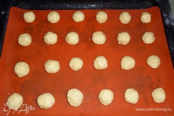 Противень с кокосовыми шариками помещаем в морозильную камеру на 15 минут.