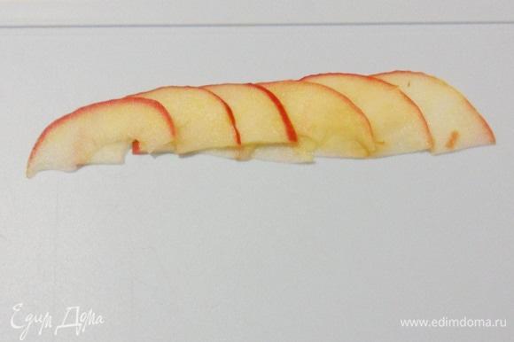 Теперь начинается самое интересное. Выложить 6 долек яблок внахлест. Затем завернуть в розочку. Делайте так, как вам удобно. Я сворачивала дольки на разделочной доске лежа. Можно поставить дольки на доске вертикально и так завернуть розочкой. Можно заворачивать розочку, держа в руках, добавляя постепенно по одному лепестку. Довольно скоро вы найдете удобный для вас вариант.