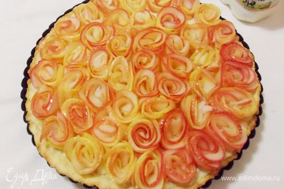 Все розочки установлены. Теперь осталось только поставить пирог в предварительно разогретую до 180°C духовку на 30 минут (ориентируйтесь на свою духовку и на размер вашей формы для выпечки).