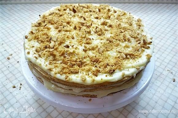 Верхний корж смазываем кремом и посыпаем оставшейся от коржей крошкой. Убираем торт в холодильник на ночь.