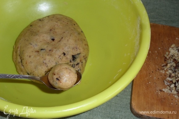 Чайной ложкой отделяем небольшие кусочки теста. Придаем им форму шара.