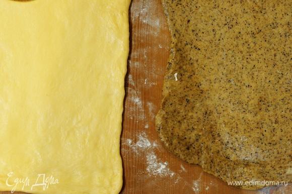 Через 2 часа достаем тесто, даем ему отмерзнуть. Припыляем поверхность мукой и раскатываем тесто.