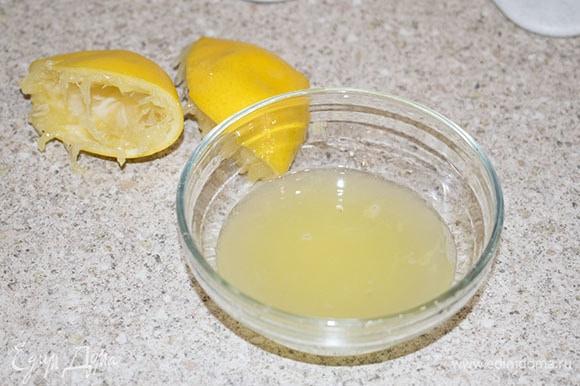 Выжать сок из одного лимона, процедить от косточек.