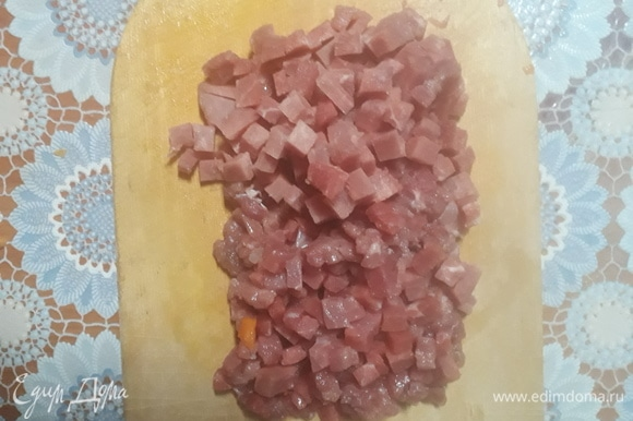 Таким же образом нарезать мясо.