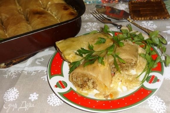 Разложить голубцы вместе с квашеной капустой по порциям, украсить любой зеленью по вкусу. Прошу к столу! Приятного аппетита! С Новым годом! С Рождеством!