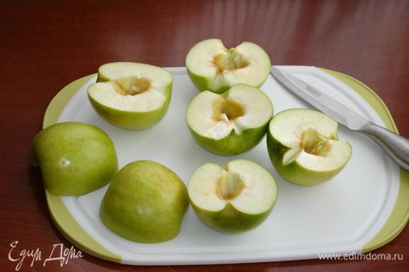 В первую очередь необходимо приготовить яблочное пюре. Для этого зеленые яблоки (для одной порции зефира вполне хватит 3–4 яблок) сорта «Гренни Смит» промыть, разрезать пополам и вынуть сердцевинку.
