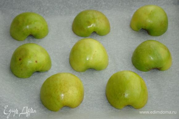 Подготовленные яблочные половинки уложить на противень и запечь в разогретой до 200°C духовке примерно минут 15.