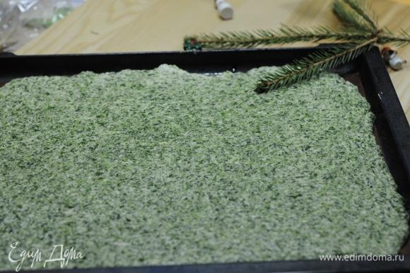Выкладываем массу на противень, на силиконовый коврик и шпателем выравниваем. Отправляем готовиться на 10 минут при температуре 180°C.