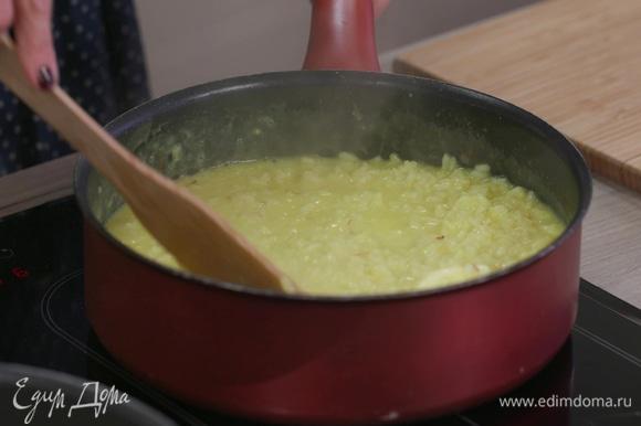 Влить молоко с шафраном. Добавить еще немного игристого вина и сливочного масла. Помешивая, готовить еще 1–2 минуты.