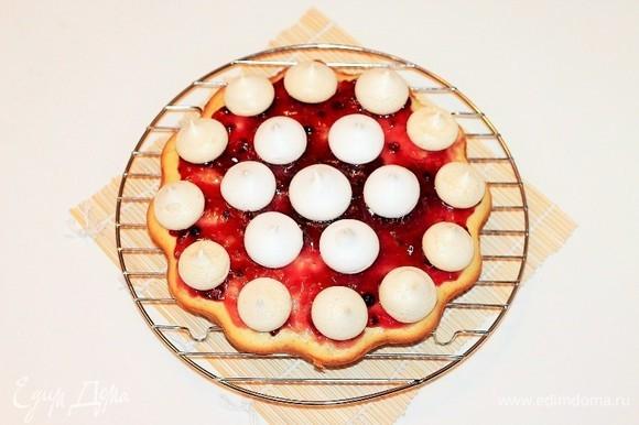 Готовый корж немного остудить, извлечь из формы и сразу же смазать джемом. Дать джему немного застыть и уложить сверху безе. Укладывать безе можно горкой или как на фото. Если вы хотите приготовить торт, тогда разрезаете пирог на 2 части, пропитываете сиропом, затем смазываете коржи джемом.
