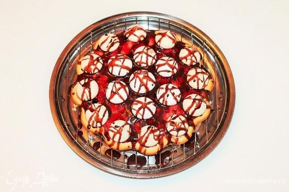 Украшаем пирог растопленным шоколадом, смешанным с молоком.
