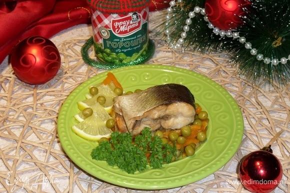 Подаем блюдо, добавив лимон и зелень.