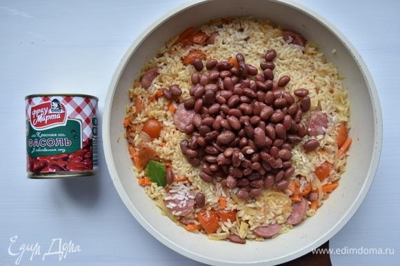 Сковороду накрыть крышкой, огонь уменьшить до минимального и потомить блюдо минут 15. Затем, не открывая крышку, дать рису настояться минут 5.