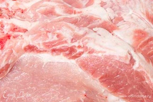 Мясо промываем, промокаем бумажным полотенцем. Делаем вертикальные надрезы насквозь по всему мясу. Морковку нарезаем полукольцами. Соль, перец, лавровый лист смешиваем (лавровый лист разминаем в руке, чтобы он разломился на кусочки). Сметану мешаем с соком.