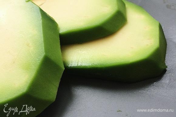 Нарезать авокадо вдоль кусочками толщиной примерно 7–10 мм. Плод в этот раз крупный. Когда на прилавке магазина плод маленький, то для салата использую больше половины.