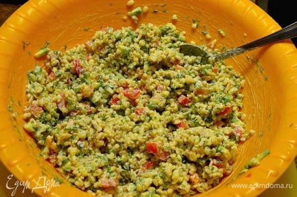 Ингредиенты перемешать, добавить 50/50 майонез со сметаной и перемешать.