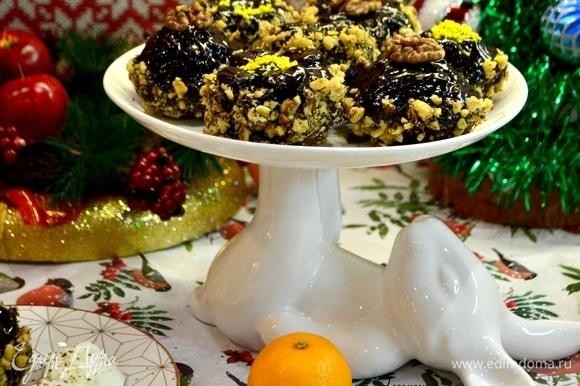 Подать шикарные кексы на красивом блюде или порционно на тарелке.