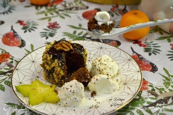 К кексам подайте обязательно сливочное мороженое и фрукты или свежие ягоды. В моем случае карамбола — звездный фрукт! Приятного вам аппетита и прекрасных вечеров!