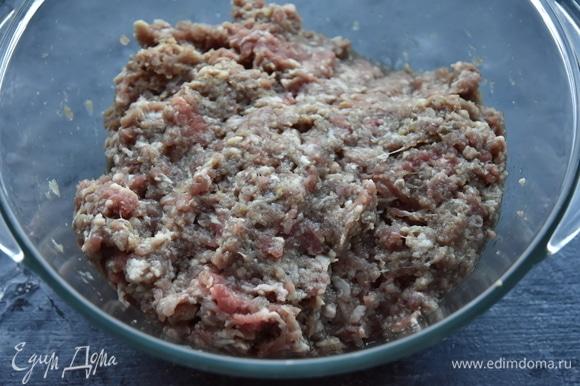 Пока отдыхает тесто, подготовить фарш. Баранину перекрутить на мясорубке или порубить ножом. Так как баранина достаточно жирная, я добавила треть говядины. К фаршу добавить измельченный лук, соль, перец и зиру.