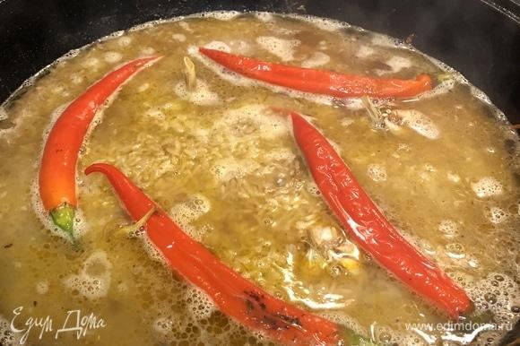 Вскипятите 1,5 литра воды и аккуратно влейте в казан. Не выливайте всю воду сразу. Вода должна покрывать рис на 1 см. Если вся вода впиталась, а рис еще не готов, добавьте еще немного воды.