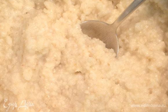 Когда каша приготовится, выключаем плиту. Добавляем сливочное масло, соль, сахар.