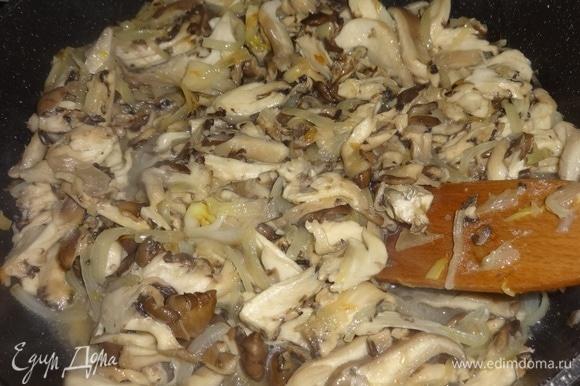 Выложить нарезанные грибы к луку и продолжать жарить вместе до полного выпаривания жидкости, периодически помешивая.