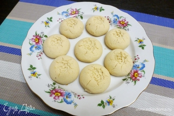 Разогреть духовку до 170°C. Отправить печенье в духовку на 10–15 минут. Время зависит от размера печенья, если у вас маленькие, то может понадобиться всего минут 7–8. Печенье должно остаться белым. Процесс выпечки можно отследить через стекло духовки. Печенье сначала будет блестеть от масла, а потом начнет подсыхать, когда оно станет матовым, то оно будет готово.