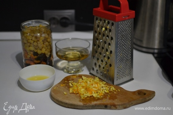 Отжать сок 1/2 апельсина и натереть цедру.