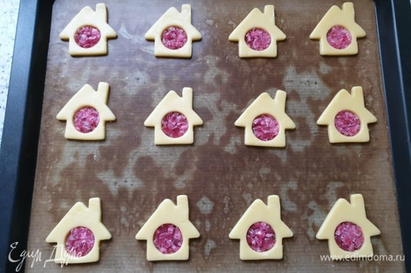 Выпекайте печенье 10–12 минут в предварительно разогретой до 175°C духовке.