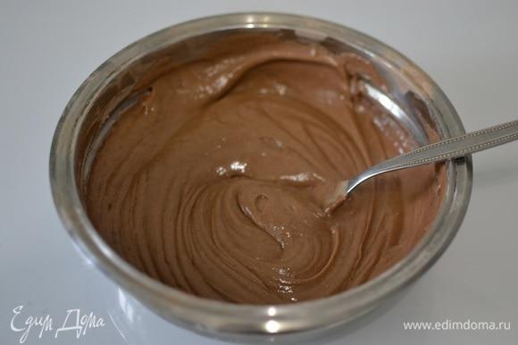 Порциями подсыпаем сухую массу к масляной. Перемешивая, постепенно добавляем муку, замешиваем тесто. Дозировку муки регулируем при замесе: ее может потребоваться чуть больше или меньше, чем указано в рецепте.