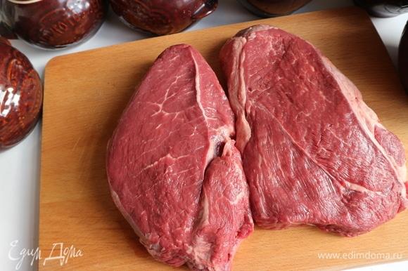 Мякоть лопатки мраморной говядины следует заранее вынуть из холодильника.