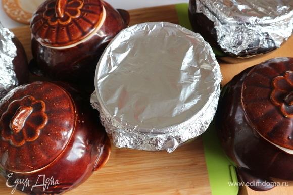 Закрыть горшочки крышками или фольгой. Поместить горшочки в духовку на решетку на средний уровень. Дать прогреться немного горшочкам с мясом, через 5–7 минут температуру уменьшить до 120°C. Готовится мясо в духовке примерно 3 часа 10 минут.