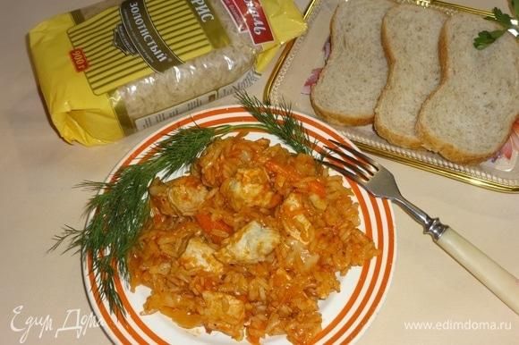 Разложить рис с курицей и капустой по-гречески по порциям, украсить зеленью и подать к столу. Приятного аппетита!