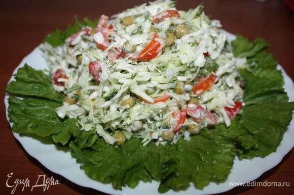 Добавить майонез, перемешать. Выложить салат на блюдо.
