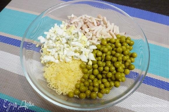 Яйца нарезать мелким кубиком. Добавить зеленый горошек ТМ «Фрау Марта».