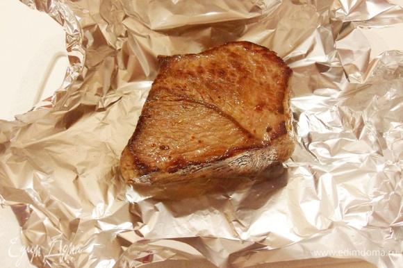 Затем переложить обжаренное мясо на фольгу.