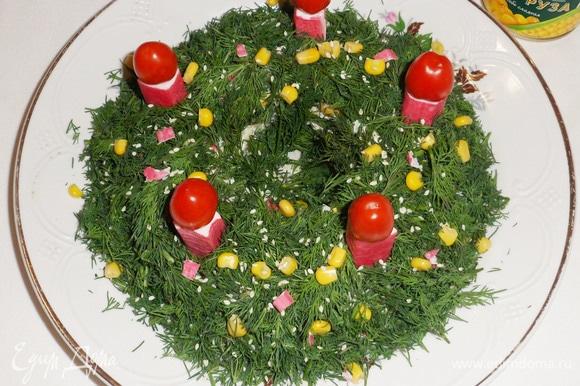 Новогодний салат из крабовых палочек с консервированной кукурузой готов. Приятного аппетита! Угощайте гостей!