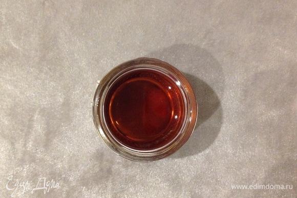 Соединяю сок, лимонные и апельсиновые дольки, добавляю мед. Хорошо размешать или измельчить в блендере 1 минуту (если в блендере измельчать, то нужно вынуть палочку корицы).