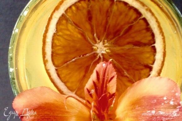 Налейте коктейль в стакан. Если есть желание, украсить можно засахаренными дольками апельсина. При желании можно добавить немного льда. Приятного аппетита!