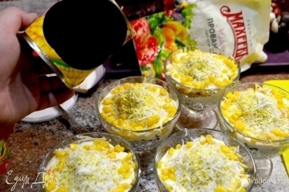 Девятый слой — майонез. Десятый слой — тертое яйцо. Украсить салат по кругу кукурузой и грецким орехом.