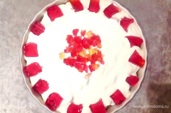 Взбиваю хорошо сметану с сахаром (сметана должна быть холодная, чтобы хорошо взбивалась). Щедро смазываю пирог. Если осталось желе, можно нарезать его и украсить верх пирога. Ставлю в холодильник.