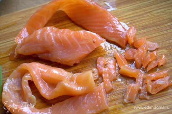 Филе рыбы мелко нарезать.
