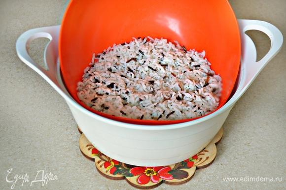 Рис отварите до готовности в слегка подсоленной воде, после чего дайте стечь воде.