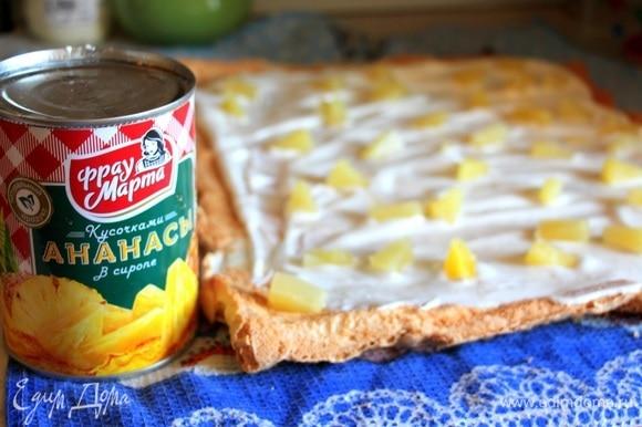 Сливки взбить с сахарной пудрой и выложить на остывший корж. Сверху выложить кусочки ананасов ТМ «Фрау Марта» — они придадут нашему десерту необыкновенный освежающий вкус. Свернуть в рулет. Можно полить глазурью и украсить ананасами и мандаринами.